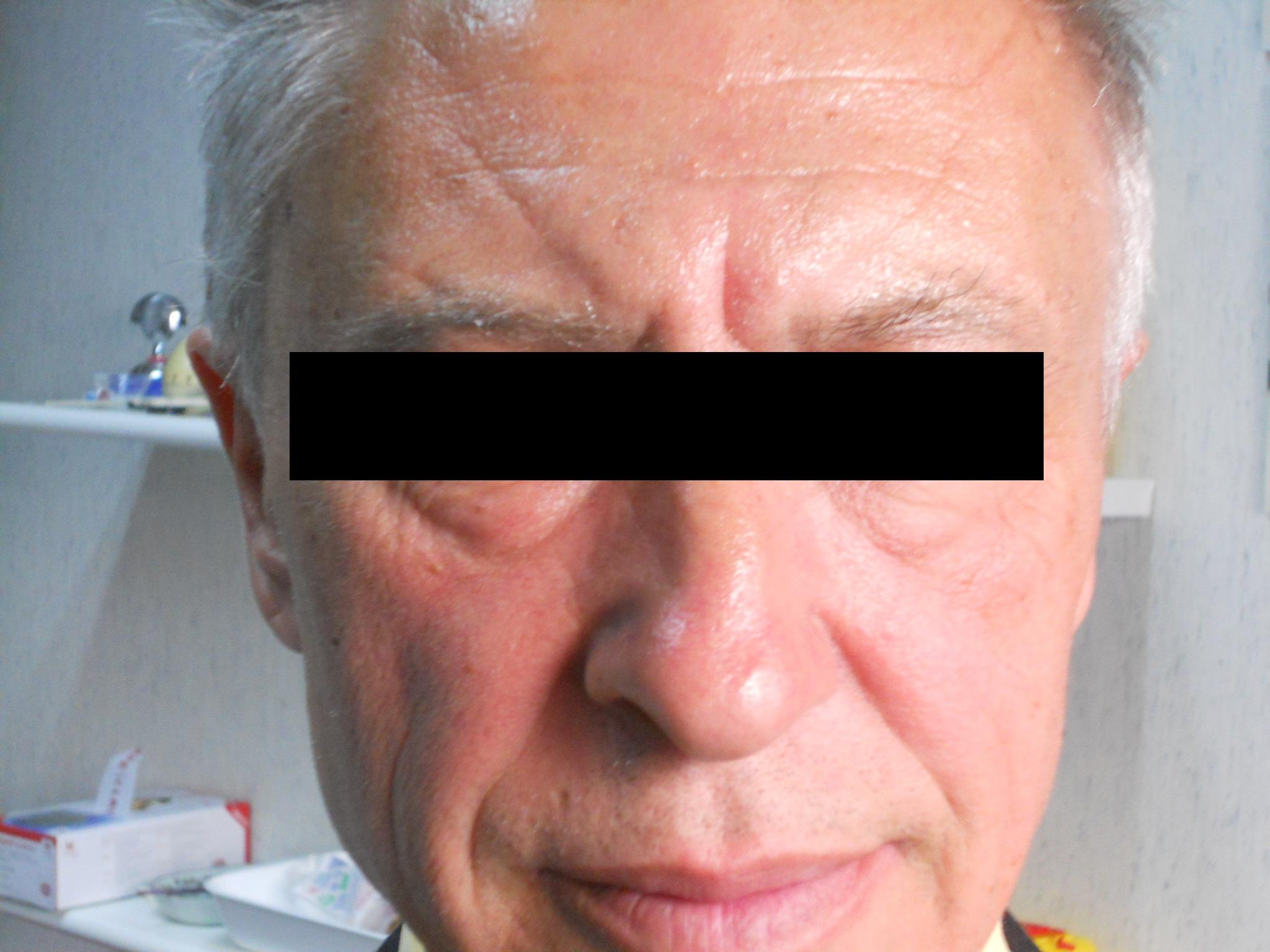 Le maschere sulla persona dipingono durante anno nuovo